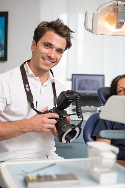Zahnarzt Rohrbach - Praxis - Dr. Zimmermann mit Kamera